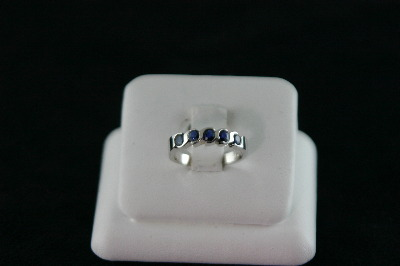 14KT White Gold Sapphire 0.85ct Band - 3.7gr