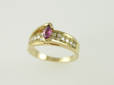 14KT Y/G Pave Diamonds 0.30ct One Margquise Ruby 0.24ct Ring 3.4gr