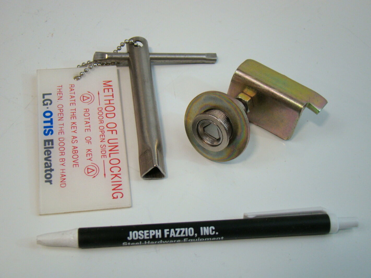 LG Otis Elevator Triangular Door Lock & Key eBay #7D564E
