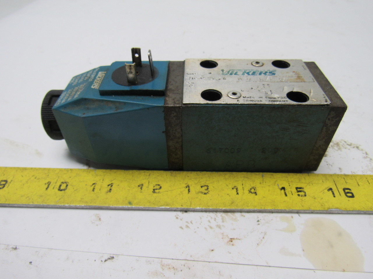 Vickers DG4V-3-2A-M-U-B7-30 Hydraulic Control Valve 120V Coil