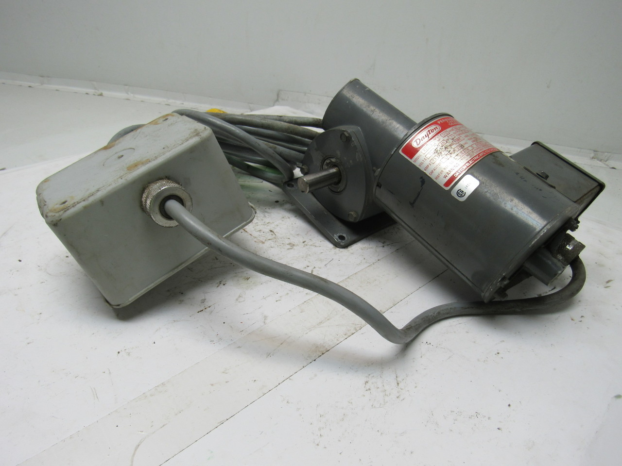 Dayton 4z279 right angle gear motor 115v 1ph 20 1 ratio 1 for Right angle electric motor