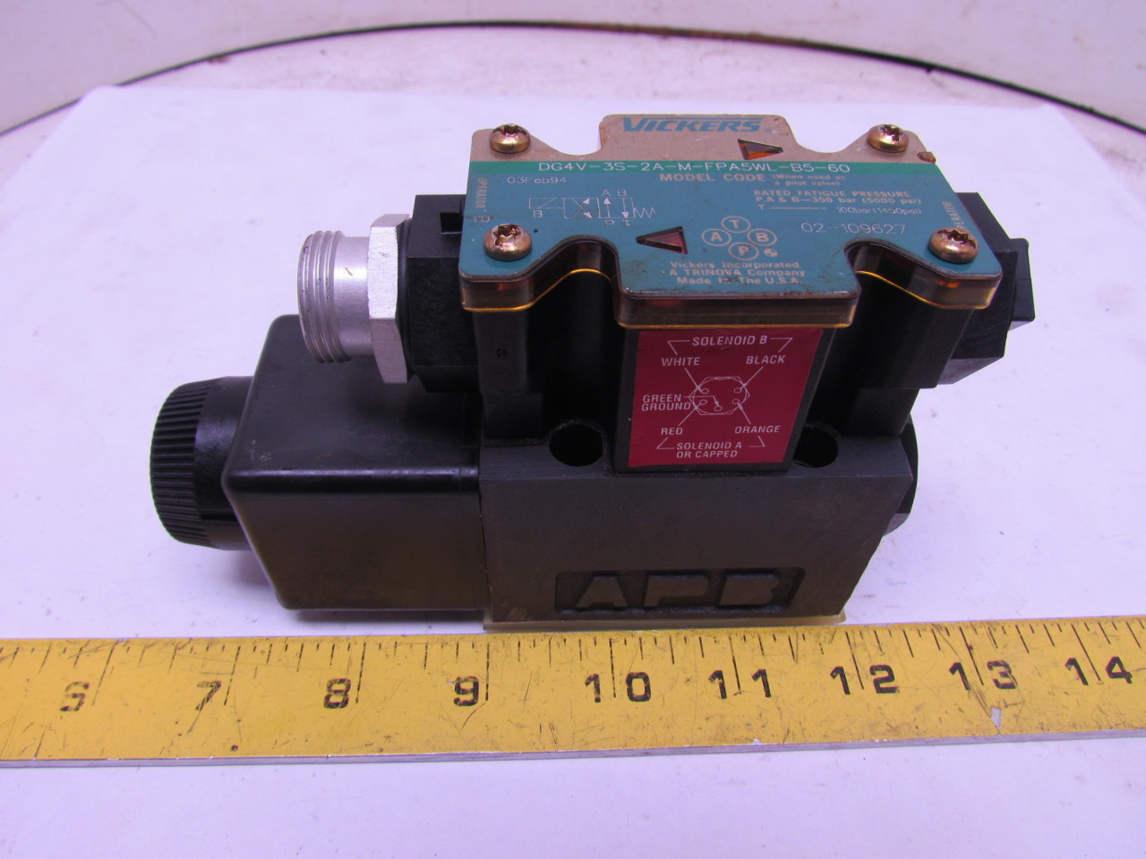 Vickers DG4V-3S-2A-M-FPA5WL-B5-60 Hydraulic Valve 120V 5pin Connector