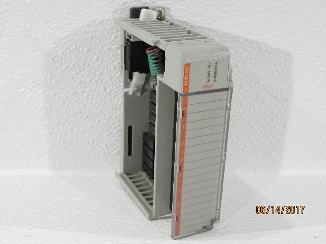 ALLEN BRADLEY 1769-OW8  OUTPUT MODULE 8POINT VAC/VDC RELAY