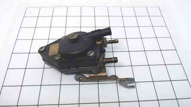398867 333734 Johnson Evinrude 1987-1992 Fuel Pump Assembly W/ Bracket 9.9 15 HP
