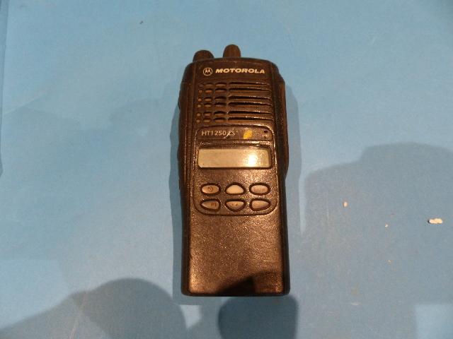 MOTOROLA HT1250 LS+ UHF PORTABLE 450-512MHZ TWO WAY RADIO W/BATTERY