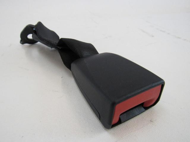 15-17 Porsche Macan seat belt buckle, center rear 95b857740 ylz
